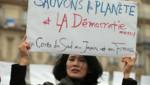 Une participante à la chaîne humaine formée à Paris quelques heures avant le début de la COP 21