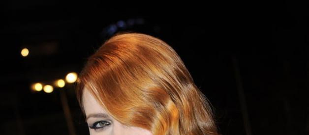 NRJ Music Awards 15th Edition - Les looks de la soirée : Elodie Frégé et son décolleté plongeant a fait sensation sur le tapis rouge