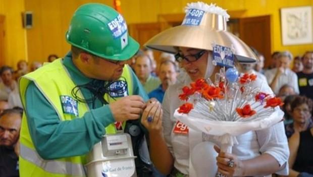 Le 1er septembre, François Hollande a organisé un mariage fictif de Suez et de GDF à Tulle pour dénoncer le projet de fusion