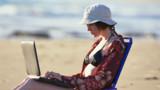 En vacances, un quart des Français restent connectés à leur travail
