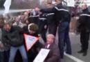 Capture écran de la vidéo montrant un gendarme aspergeant des manifestants de gaz lacrymogène