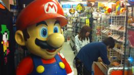 Les visiteurs sont bien entendu accueillis par Mario, un jeune homme qui vient de fêter ses 25 ans. Et quatre fois plus de jeux à son nom.