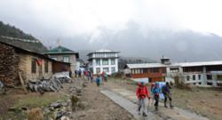 Népal : trekkers à Lukla, dans le massif de l'Everest, 15/4/15