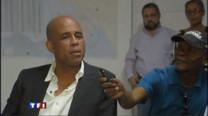 C'est un personnage loufoque qui vient de remporter les élections présidentielles haïtiennes. Pour reconstruire le pays, les électeurs ont choisi un chanteur qui n'a jamais fait de politique. Portrait.