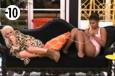 Les filles débordent d'énergie sur le canapé !