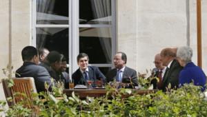 Le président Hollande entouré des participants au mini-sommet sur la sécurité en Afrique le 17 mai 2014.