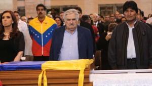 Cristina Kirchner, José Mujica et Evo Morales se recueillent devant le cercueil d'Hugo Chavez, 6/3/13