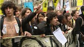 La mobilisation lycéenne ne faiblit pas, Xavier Darcos qualifie les violences d'hystériques dans Pol-Actualite et Politique.