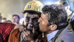 Accident dans une mine en Turquie. Un père accueille son fils rescapé