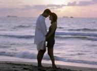Couple d'amoureux sur une plage