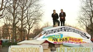 Des matelas déposés par les associations place de la République, le 16 mars 2009