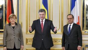 La chancelière allemande Angela Merkel, le président ukrianien Petro Porochenko et son homologue français François Hollande lors d'une réunion pour la paix
