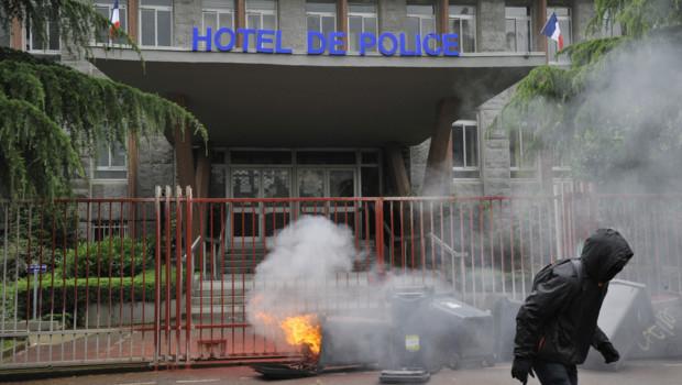 Des poubelles incendiées devant le commissariat de Rennes le 23 juin 2016.