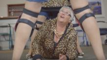 Les 50 résidents d'une maison de retraite néo-zélandaise, moyenne d'âge 82 ans, se sont amusés à reprendre le clip de Taylor Swift. La vidéo a été postée le 21 juillet 2016.