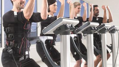 L'électrostimulation coachée Mihabodytec cible plusieurs parties du corps pour travailler sur les fessiers, les abdominaux ou encore les biceps en même temps.