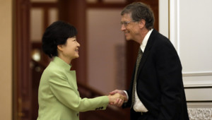 Main dans la poche et veste ouverte, Bill Gates a salué la présidente Park Geun-Hye en toute décontraction. Ce qui a déplu à la presse sud-coréenne.