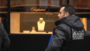 Un policier devant la bijouterie Chopard, place Vendôme à Paris, victime d'un braquage le 1er mars 2016.