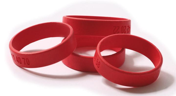 Les bracelets rouges sont destinés aux enfants de 2 à 8 ans