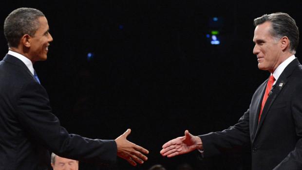 Barack Obama et Mitt Romney se serrant la main au début de leur premier débat télévisé à Denver (4 octobre 2012)