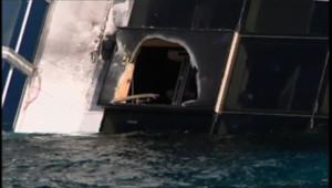 L'épave du Costa Concordia le 17 janvier 2012 percée à l'aide d'explosifs pour poursuivre les recherches