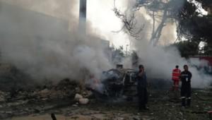 Tripoli, 8 heures : l'explosion vient de retentir. Immédiatement présent sur place, un habitant, Ehab, poste ce premier cliché montrant les pompiers s'affairant autour d'une carcasse de voiture.