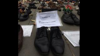 COP 21 : les chaussures du pape sur la place de la République