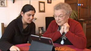 Deux personnes devant une tablette numérique (archves).