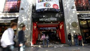 L'entrée du Virgin Megastore sur les Champs-Elysées à Paris