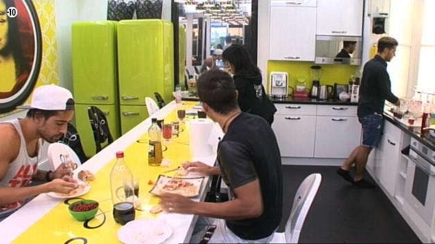Après les selfies, Vivian et Stéfan se font un petit encas tandis que Sacha s'attaque à la vaisselle.