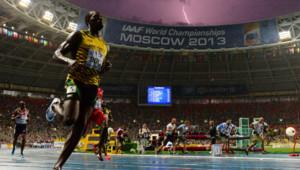 Usain Bolt remporte le 100 m aux Mondiaux d'athlétisme.