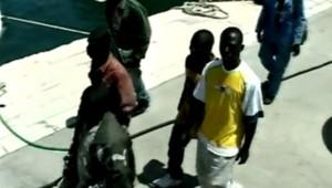 Immigrants clandestins accueillis à leur arrivée en Italie