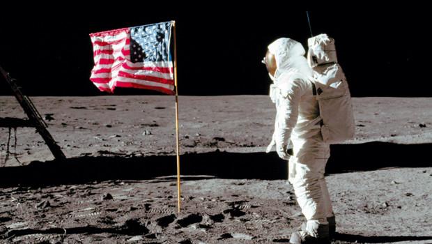 L'astronaute Buzz Aldrin devant le drapeau américain planté sur la lune lors de la mission Apollo 11 en 1969.