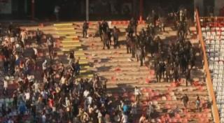 Avant même le match, les supporters en viennent aux mains avec la police