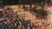 Tous les sièges de la tribune ont été arrachés pendant le match.
