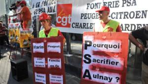 Les salariés de PSA manifestent à Paris devant le siège le 25 juillet 2012.
