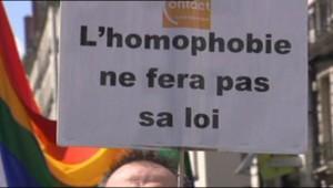 Une pancarte anti-homophobie.