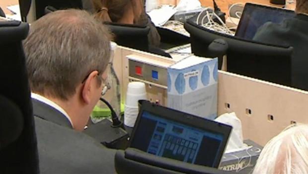 Capture écran de la vidéo publiée sur le site Verdens Gang, montrant un juge qui joue au solitaire en plein procès Breivik.