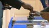 TF1/LCI : Un électeur mettant son bulletin dans l'urne