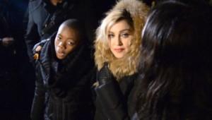 """Attentats : Madonna chante """"Imagine"""", place de la République (10/12)"""