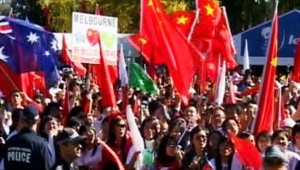 Les manifestants pro-chinois sur le parcours de la flamme à Canberra, en Australie, le 24 avril 2008