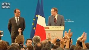 Hollande ovationné... et ça lui fait plaisir