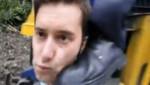selfie jeune homme posant près d'un train coup de pied
