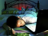 Un enfant endormi sur son ordinateur