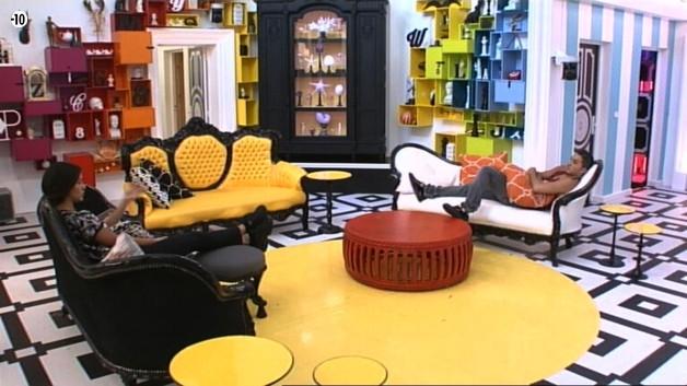Dans le salon, Leila dit à Vivian qu'elle regrette sa cagnotte. Il n'y a pas très longtemps, la belle avait encore 24 000 euros, elle est actuellement à zéro...