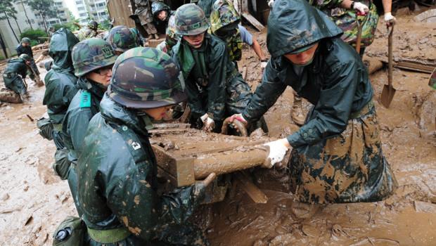 Inondations en Corée du Nord et du Sud : les sauveteurs au travail dans la boue à Séoul (Corée du Sud) le 28 juillet 2012