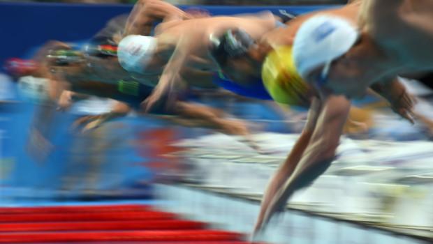 Des nageurs plongent dans le bassin de Kazan en Russie lors des Modiaux de Natation 2015