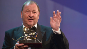 Roy Anderson reçoit le Lion d'Or à la Mostra de Venise 2014 pour le film Un pigeon assis sur une branche.