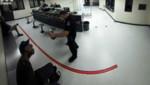 Un policier américain lance des cacahuètes sur un sans-abri prisonnier