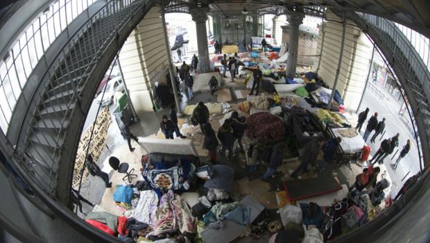 Campement de migrants sous le métro aérien Stalingrad, à Paris