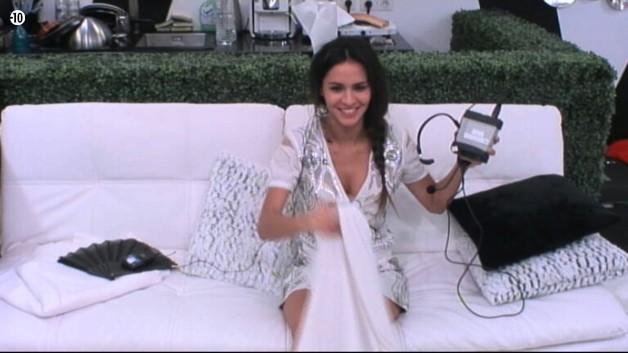 Leila va bénéficier d'une oreillette et être en communication avec Jessica...